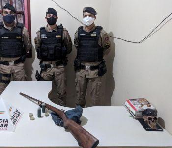Polícia prende homem que ameaçou o filho com uma arma em Ninheira